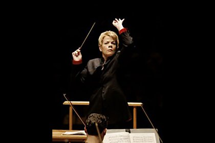 Marin Alsop conducts orchestra onstage.