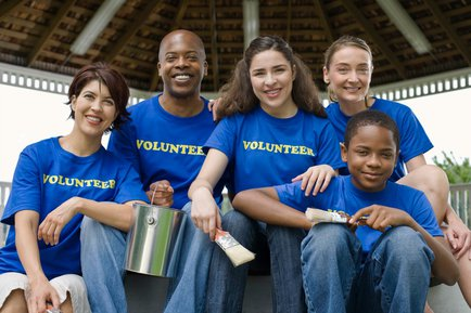 Graham School of Business students and volunteers work with local non-profit.