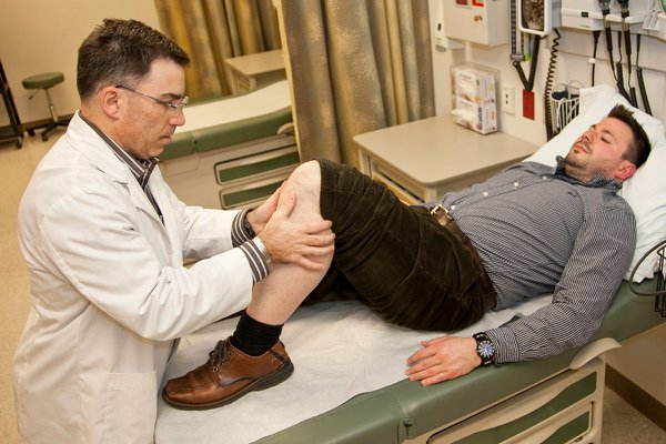 A nurse practitioner student learns examination of the knee.